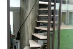 Escalier circulaire métal - l'axe central, évidé, sert de rangement